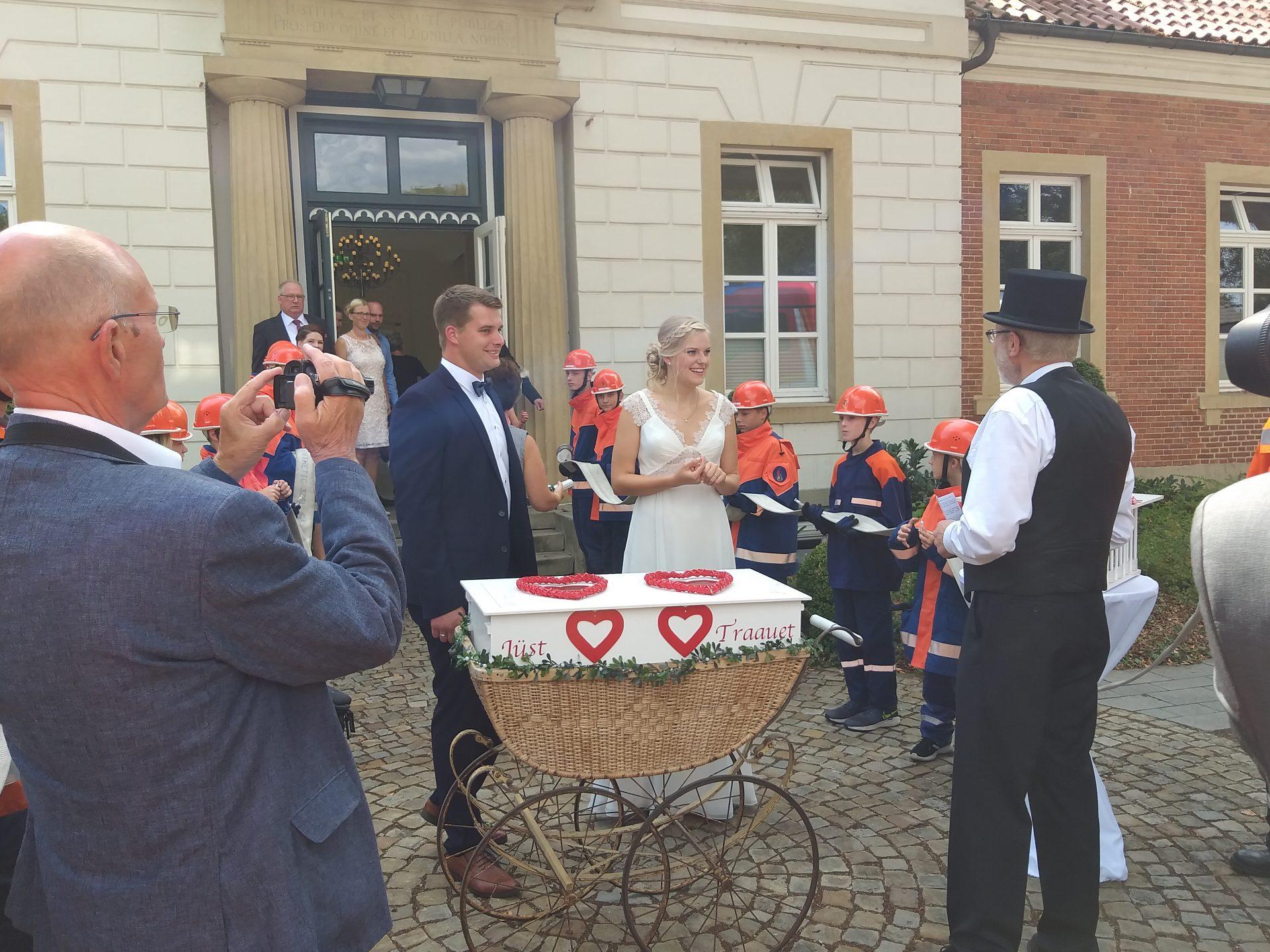 Ehrenspalier Zur Hochzeit Conny Und Andreas Brinkmann Beide Aktiv In Der Ff Sogel Feuerwehr Sogel